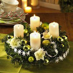 coroa decorada com árvore de Natal e velas brancas