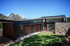 North Warrandyte House is a project completed by Alexandra Buchanan Architecture in Victoria, Australia. A contemporary bushland retreat . Architecture Résidentielle, Amazing Architecture, Australian Architecture, Butterfly Roof, Casas Containers, Rural Retreats, Melbourne House, River House, House And Home Magazine