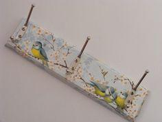 Garderobe / Hakenleiste / Schlüsselbrett / Schmuckhalter, mit kleinen Vögeln in der Hauptfarbe blau als Motiv.    Eine Garderobe mit gute Launefaktor.