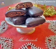 Mustaccioli ricetta dolci di Natale tipici della regione Campana. Ripieno morbido ricoperto da golosissimo cioccolato.