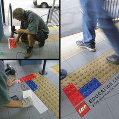 Zur Eröffnung des LEGO Centre in Brisbane nutzte das Unternehmen die genoppten Schwellen an U-Bahn Stationen als Werbeträger. Diese Ambient Marketing idee ist