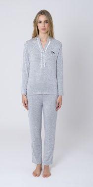 Pijama Largo Vigore, tejido viscosa, liso con cuello pico abotonado y adorno de puntilla. #pijamainvierno #lenceria #pijamamangalarga #pijamarosa #lohe #modalohe