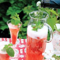 Klassisk fördrink, här på sommarvis i kanna. Drinken fungerar lika bra med alkoholfritt torrt mousserande vin. Prosecco Cocktails, Cocktail Drinks, Sangria, Juice Smoothie, Smoothies, Non Alcoholic Drinks, Beverages, Wedding Food Catering, Swedish Recipes