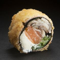 Niu Oriental: Salmón, champignon, cebollín, queso crema, envuelto en nori y salmón furai Tempura, Japanese Snacks, Japanese Food, Food Plating Techniques, Types Of Sushi, Sushi Cake, Cook At Home, I Foods, Vegetarian Recipes