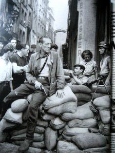 La barricade du Fortin de la Huchette dans le quartier Latin, août 1944.  Robert Doisneau