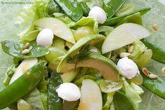 Sałata z mozzarellą i sosem vinegrett, z fasolką, jabłkiem i winogronami, zielona sałatka