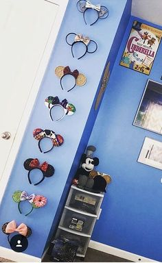 This easy diy Mickey Mouse shadow box is the perfect way to display your Disney Pins and it is inexpensive to make! Disney Diy, Casa Disney, Deco Disney, Disney Home Decor, Disney Crafts, Disney Cruise, Diy Disney Decorations, Disney Wall Decor, Diy Disney Ears