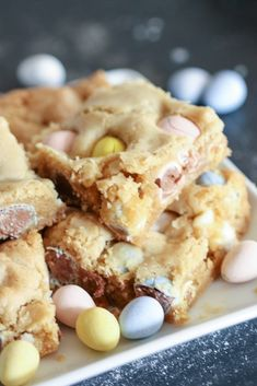 These blondies are so good with the Cadbury mini eggs in them. A delicious and tasty dessert that is so easy to make. No Egg Desserts, Easy Desserts, Delicious Desserts, Dessert Recipes, Spring Desserts, Recipes Dinner, Blondie Dessert, Yummy Treats, Sweet Treats