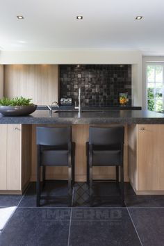 Overall feel, black counters Kitchen Dinning Room, Kitchen Decor, Kitchen Design, Hidden Kitchen, New Kitchen, Small U Shaped Kitchens, Classic Kitchen, Small Kitchen Layouts, Beautiful Kitchens
