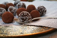 Easy, healthy, tasty coconut balls. Recipe from the e-book on journeytoreallife.com. Plant Based Diet, Plant Based Recipes, Coconut Balls, Real Life, Partys, Healthy Desserts, Vegan Vegetarian, Vegan Recipes, Veggies