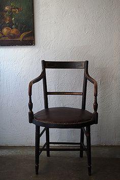 アンティーク木製の肘掛け椅子-antique arm chair 直線構成、細いフレームと古典的なデザイン、張り地で大きくその印象が変わる。おそらく19世紀半ば、フランスのアンピール様式を追随したネオクラシシズムの一波、アメリカのフェデラル様式 ダンカン・ファイフ工房の作品に似たスタイル。フランスで買い付け、本革の座面は良い艶を残しておりましたので温存し縁飾りの鋲がアクセントに。木部の大きなダメージは御座いませんが、歴年のメンテナンスがアームの接合箇所等に見受けられ、頻繁にお使いになる椅子としてはお薦め出来ません。