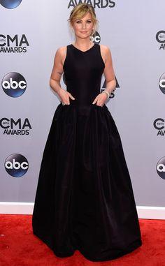 Jennifer Nettles keeps it simple and elegant at the CMA Awards 2014.