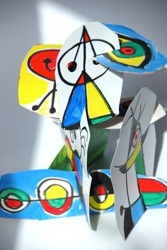 I thought of a way to create a three-dimensional structure with the characteristic drawings by Joan Miro, which are specifically two-dimensional. Students have copied some drawings by Miró with a b… 3d Art Projects, Sculpture Projects, School Art Projects, Kindergarten Art, Preschool Art, Atelier D Art, Ecole Art, Art Curriculum, Art Lessons Elementary