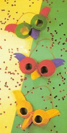 Eierdoos Mes of schaar Lijm Kwast Verf Elastiek Nietmachine Je snijdt 2 eierdopjes uit de doos. Knip ze rond af. Aan smalste kant: een (kijk) gat in het uiteinde. Knip uit de platte kant vd doos 2 pluimpjes. Daarna knip je nog een punt uit, die je in 2 verdeelt. Je moet hier 2 hoekjes wegknippen. Die halve punt lijm je tussen de ogen. Dit moet op de neus passen. De 2 pluimen lijm je aan de zijkanten. Dan elastiek achter vastmaken (nietje) zodat hij stevig zit + masker beschilderen.