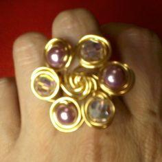 Anillo en alambrismo decorado con perlas lila y cristales tornasol..