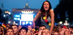 Betroffene Fans in Berlin: Das Bier schmeckte schal. Und Papa musste sich sehr ärgern.
