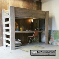 Hoogslaper bed van steigerhout met bureau ... www.vanlonden.com