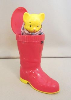 VINTAGE PLASTIC SANTA BOOT WITH POP-UP KITTEN TOY