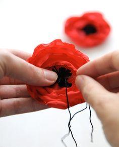 5 Minute DIY: Fabric Poppy Flower Gift Toppers by Creature Comforts Felt Flowers, Diy Flowers, Fabric Flowers, Paper Flowers, Satin Flowers, Flowers Garden, Diy Fleur, Fleurs Diy, Flower Tutorial