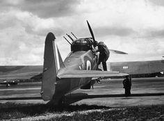 Vintage Aircraft JUL 11 1940 Luftwaffe probe British air defences An air gunner climbs into a Boulton Paul Defiant of No. Aircraft Photos, Ww2 Aircraft, Military Aircraft, Aviation World, Air Festival, Ww2 Planes, Battle Of Britain, Royal Air Force, Luftwaffe