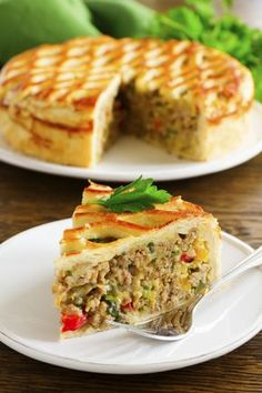 Placinta cu carne si legume este o reteta simpla, dar in acelasi timp delicioasa, si incorporeaza un cocktail nutritiv perfect pentru intreaga familie, la pranz sau la cina.