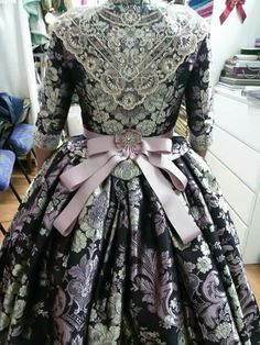 Fallera dress has so many inspiring details, like this sash. Vintage Outfits, Vintage Dresses, Nice Dresses, 18th Century Dress, 18th Century Clothing, Elie Saab Couture, Traditional Fashion, Traditional Dresses, Rococo