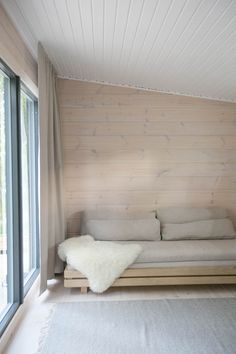 Modernisti kodikas | Idealista Cabin Homes, Cottage Homes, Log Homes, Chalet Interior, Home Interior Design, Interior Architecture, White Washed Pine, Summer House Interiors, Contemporary Cabin