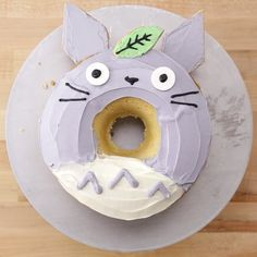 This giant Totoro Donut cake is so adorable and fun to make!, Dieser riesige Totoro-Donut-Kuchen ist so bezaubernd und macht Spaß! Cute Desserts, Delicious Desserts, Yummy Food, Cute Cakes, Yummy Cakes, Cupcake Cakes, Kid Cakes, Art Cupcakes, Donut Cakes
