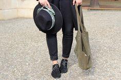 """Pataugas - Lola du blog """"Chic&Clthes"""" porte les derbies SCOTT/S en coloris noir! A shopper ici >> http://www.pataugas.com/scott-s-f4b-derbies-cuir-serpent/#article=26274"""