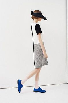 モノトーンコーデにブルーのシューズ♡おしゃれなサンバイザーコーデのスタイル・ファッション♪