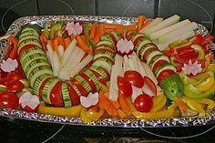 Sirve vegetales o verduras en charolas que puedes usar para un buffet o centro de mesa. Corta los vegetales en rebanadas delgadas y acomod...