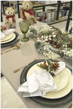 Mesa posta de Natal com folhagens Christmas Tablescapes, Table Decorations, Creative, Furniture, Home Decor, Christmas Tabletop, Christmas Decor, Xmas Gifts, Harvest Table Decorations