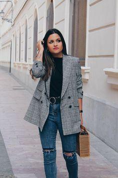 Aleatórios fashion: Blazer xadrez. Blusa de gola alta preta, calça jeans com rasgo no joelho, bolsa de palha, casaco cinza