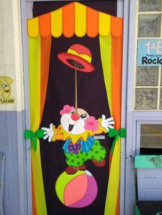 Puerta decorada payaso Carnival Classroom, Carnival Themes, Circus Theme, Circus Party, 50 Party, Clown Crafts, Circus Crafts, Fall Door Decorations, School Decorations