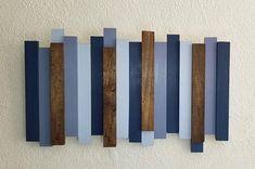 Dit opvallende houten muur-kunstwerk combineert moderne en rustieke abstracte stijlen — het gaat met elk type van home decor of thema. Strips van upcycled hout zijn glad, geschuurd tinten blauw geschilderd of gebeitst donker walnoot. • Houten stroken van verschillende diktes zijn