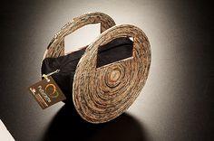 Bolsa confeccionada em jornal e tecido, que pode variar de acordo com a estação do ano ou necessidade do cliente....
