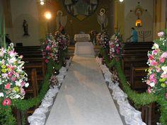Decoração do altar para casamento, com flores nos bancos