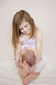newborn photography, sibling pose idea, neutrals, www.thewhimsywillow.com
