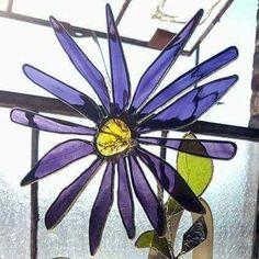 Deze geweldig glasramen bloemen zal een eeuwige toevoeging aan uw tafelblad, en hun schoonheid in zonlicht of kunstlicht zal resoneren. Deze bloemen kunnen besteld worden door kleur, de grootte van de bloei is ongeveer 5 x 5, en ze zijn op een 15-18 stam accessorized door gebrandschilderd
