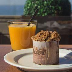 Aqui fica a nossa sugestão de um pequeno-almoço bem nutritivo: sumo de laranja natural e queque de ameixa vermelha. Ansiosos que as horas passem para virem provar estas nossas iguarias? #quequeameixavermelha #sumodelaranjanatural #tavi #foz #porto