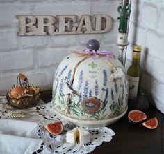 Купить или заказать 'Завтрак в Провансе' хлебница клош в интернет-магазине на Ярмарке Мастеров. В любом уголке Прованса вам на завтрак подадут свежайшие булочки, сыр с благородной плесенью, яйца и свежие фрукты! В такой хлебнице можно хранить хлеб даже нарезанный или сервировать завтрак! Деревянная хлебница изготовлена вручную со 100% контролем качества. Для изготовления используется только экологически чистая древесина липы, выдержанная и отве…