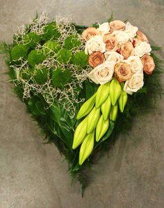 Uctite si pamiatku zosnulých krásnym venčekom, ktorý si viete vyrobiť aj sami, poprípade si ho viete dať urobiť v každom kvetinárstve. Nechajte sa inšpirovať zbierkou krásnych kytíc v tvare srdiečka alebo v tvare krížika.... Arrangements Funéraires, Funeral Flower Arrangements, Modern Flower Arrangements, Funeral Flowers, Romantic Flowers, Fall Flowers, Dried Flowers, Deco Floral, Arte Floral