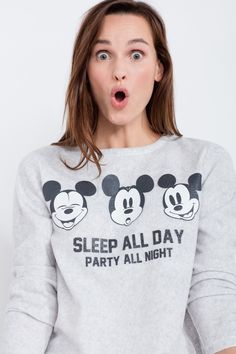 Pijama largo polar compuesto por camiseta de manga larga con estampado de Mickey Mouse y texto 'Sleep all day, party all night',y pantalón largo sencillo de topos. Comodidad para divertirte soñando. | Para dormir | Women´secret