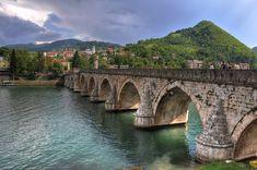 16.yüzyılda Sadrazam Mehmed Paşa Sokolovic emriyle Mimar Sinan tarafından yapımına başlanan Sokollu Mehmet Paşa köprüsü  Bosna Hersekte bulunmaktadır.Osmanlı anıtsal Osmanlı mimarlık ve Karakteristik özelliklerini taşıyan köprü, nehrin sol yakasındaki dört kemer ile dik açı yapacak bir erişim rampası 15 m 11 m açıklıklı ile 11 duvar kemer vardır. 11 gözlü, 179.5 metre uzunluğundaki köprü Drina Nehri'ni her yönden taçlandırıyor.