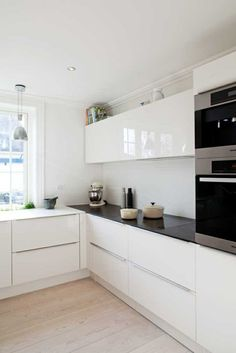 cuisine laquée blanche avec sol en planchers clairs
