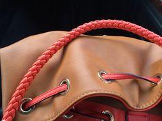 Das hier ist nur ein Bild für das Pinnwand-Cover. Du kannst diese Handtasche also weder kaufen noch Dir genauer angucken. Aber mach Dir nichts daraus: Du findest auf dieser Pinnwand noch genug andere Möglichkeiten, um Dir mit einer neuen Handtasche selbst eine Freude zu machen - versprochen!
