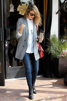 Jessica Alba y su particular visión del look tomboy llega con este maxiblazer combinado con camisa blanca y vaqueros.