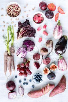 Assortiment de fruits et de légumes aux tons pourpre une collection – banque photo libre de droits