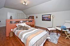 Un coin étude dissimulé derrière le mur de la tête de lit Coin, Furniture, Home Decor, Headboards, Wall, Home Decoration, Bedroom, Decoration Home, Room Decor