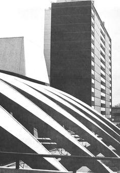 Edificio 'Tipo K' detrás del auditorio de la escuela preparatoria, Unidad Habitacional Nonoalco-Tlatelolco, México DF 1964 Arqs. Mario Pani y Luis Ramos - Building 'Type K' behind the high school auditorium, City Housing, Nonoalco-Tlatelolco, Mexico City 1964